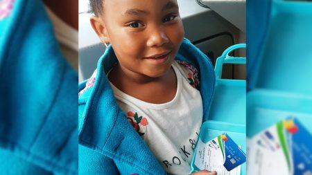 Sakirah Klaassen met haar Smart Card