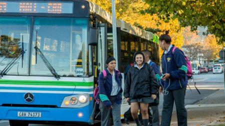 Skoolkinders gebruik die bus